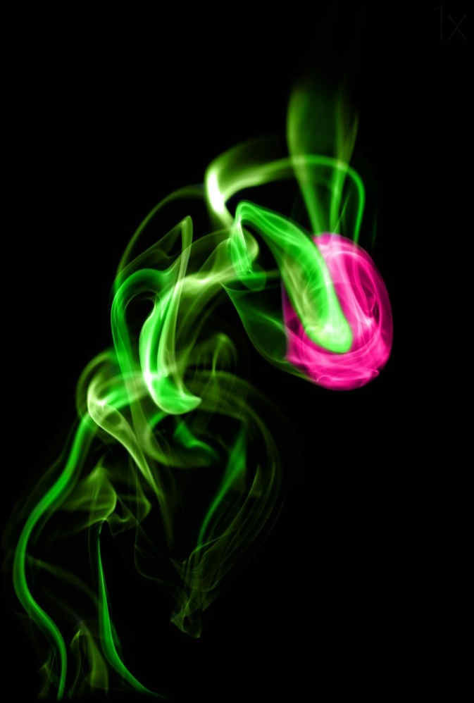 三脚架,相机,闪光灯,引闪器,小台灯,线香(用来产生烟雾),黑色